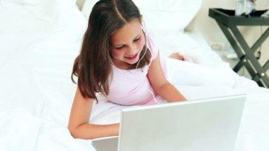 Teenage girl listening to music — Stock Video