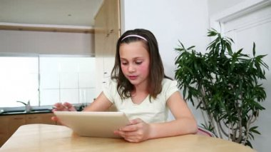 Dívka s tabletovým počítačem v kuchyni — Stock video
