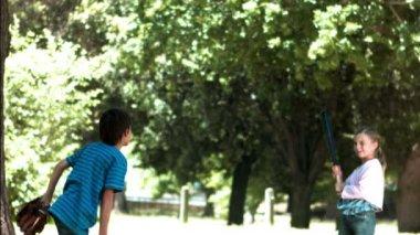 Yavaş çekimde beyzbol oynayan çocuklar — Stok video
