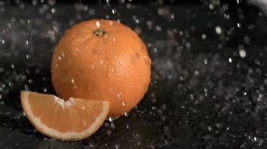 Water raining on oranges in super slow motion — Stock Video
