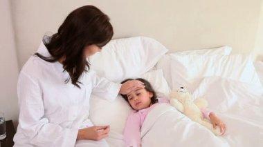 Niña enferma en una cama — Vídeo de stock