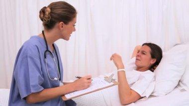 Patient listening to her nurse — Stock Video