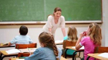 Teacher talking to her pupils — Stockvideo
