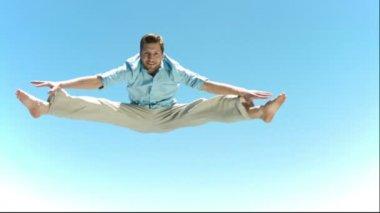 Mann in Zeitlupe machen ein Straddle springen — Stockvideo