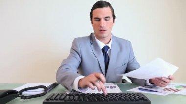 Grafikler üzerinde çalışma iş adamı — Stok video