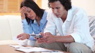 Sinirli çift yaptıkları harcamaların hesaplanması — Stok video