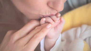 Mutter die Hände ihres Babys küssen — Stockvideo