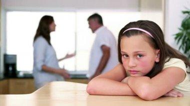 маленькая девочка, слушая ее родители ссор — Стоковое видео