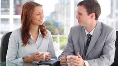 Dva kolegové chatování při pití kávy — Stock video
