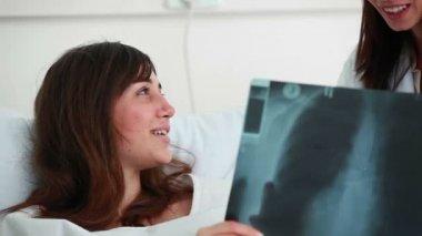 微笑着与她的医生病人交谈 — 图库视频影像