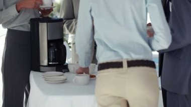 Business people drinking coffee together — Stock Video