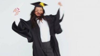 Gelukkig afgestudeerd student gooien haar Glb — Stockvideo