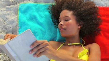 Tanned woman reading a book — Stock Video