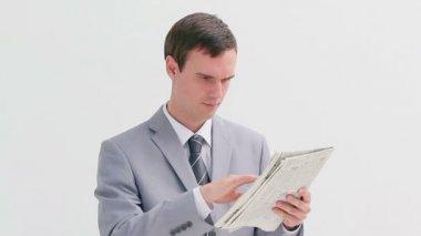 Kızgın adam onun gazete crunching — Stok video