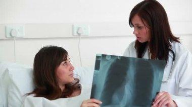 женский доктор, выступая с пациентом — Стоковое видео