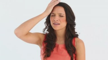 En kvinna har en huvudvärk — Stockvideo