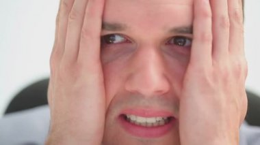 Allvarlig man är nervös — Stockvideo