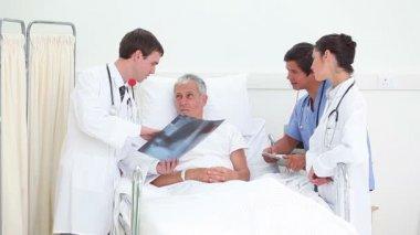 Arts toont zijn patiënt een x-ray — Stockvideo