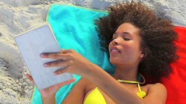Tanned woman reading a novel — Stock Video