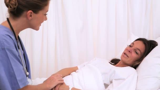Infirmière de parler avec un patient — Vidéo