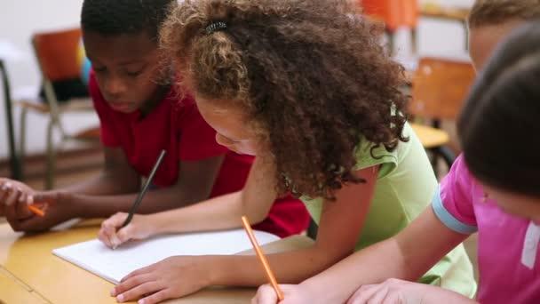 élèves travaillent ensemble — Vidéo