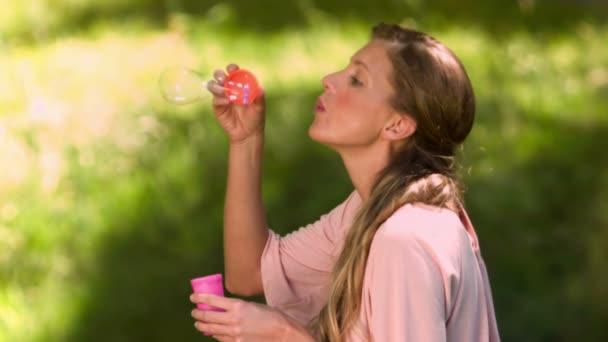 Femme faisant des bulles en slow motion — Vidéo