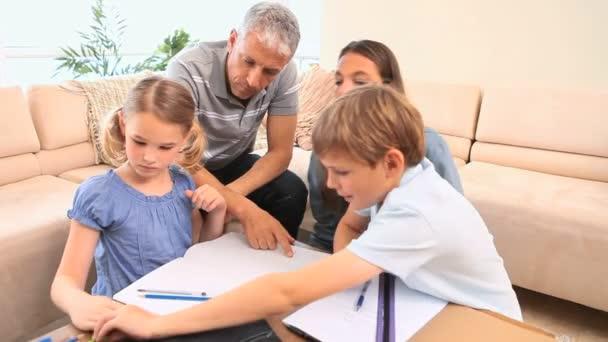 Enfants dessin à côté de leurs parents — Vidéo