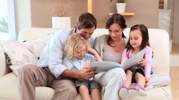 Joyeuse famille, lisant un livre — Vidéo