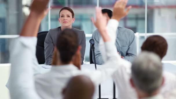Répondre aux questions de gens affaires — Vidéo