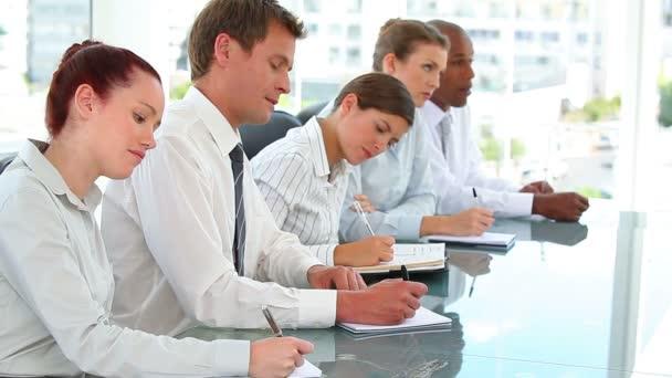 Equipo de negocios trabajo serio — Vídeo de stock