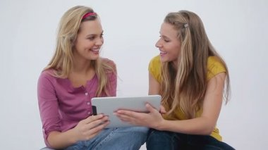 Dos amigas usando un ebook — Vídeo de Stock