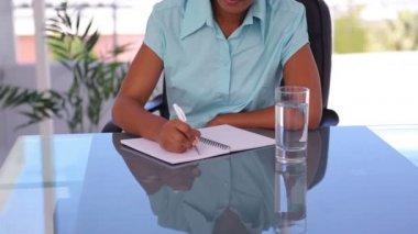 Dobře oblečená žena psaní na notebook — Stock video