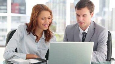 šťastný podnikatelé s notebookem — Stock video