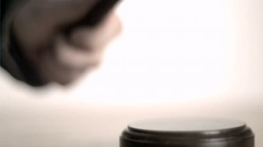 Hand pounding gavel in super slow motion — Stock Video