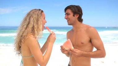 Güzel çift karpuz yeme — Stok video