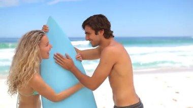Kadın sevgilisi'nın sörf alarak — Stok video