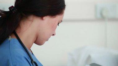 Enfermera dar explicación sobre una radiografía — Vídeo de stock