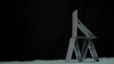 Kartenhaus fällt in super-zeitlupe — Stockvideo