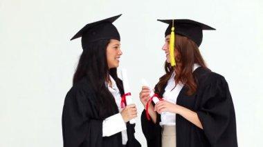 Felice compagni graduate parlando a vicenda — Video Stock