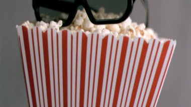 Gafas 3d cayendo en cámara super lenta — Vídeo de stock