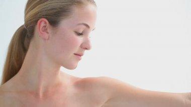 Mulher loira massageando seu braço — Vídeo Stock