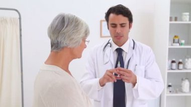 Doctor going to give an injection to a patient — Vídeo Stock
