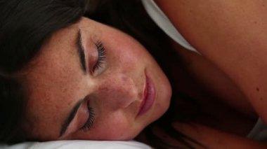 Brunette haired woman sleeping — Stock Video