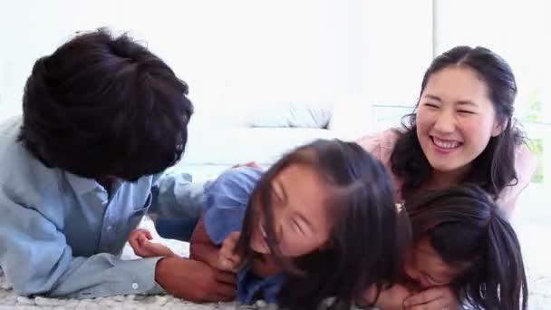 Padres que sus hijos cosquillas — Vídeo de stock