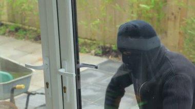 Burglar breaking open the door — Stock Video