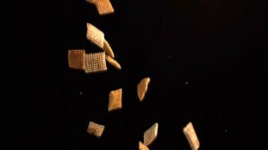 Quadratische getreide gießen — Stockvideo