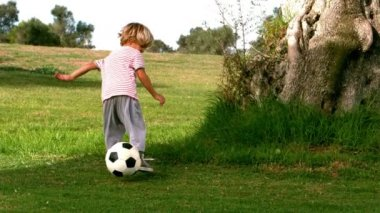 Child playing with a ball — Vídeo de stock