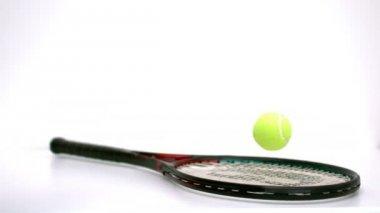 Tennis-ball prellen auf einem schläger — Stockvideo