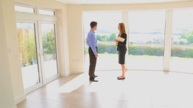 Estate agent and man shaking hands — Stock Video