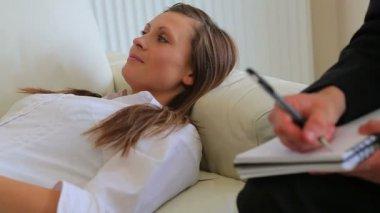 Mujer tendida en el sofá con terapeuta escuchando problemas — Vídeo de Stock